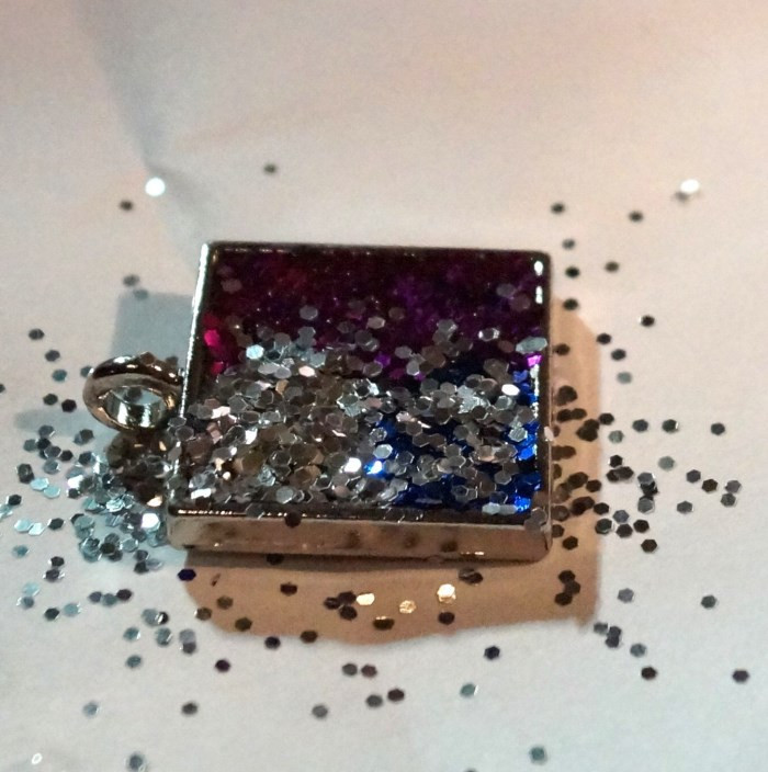 resin glitter pendant step 10 700 x 704 How to Make Resin Glitter Pendants