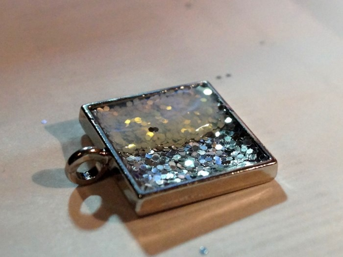 resin-glitter-pendant-step-6 (700 x 525)
